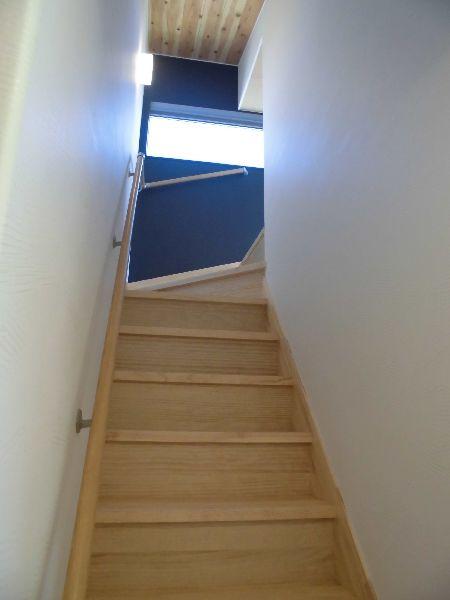 固定階段で上がるロフトは安全で使いやすい