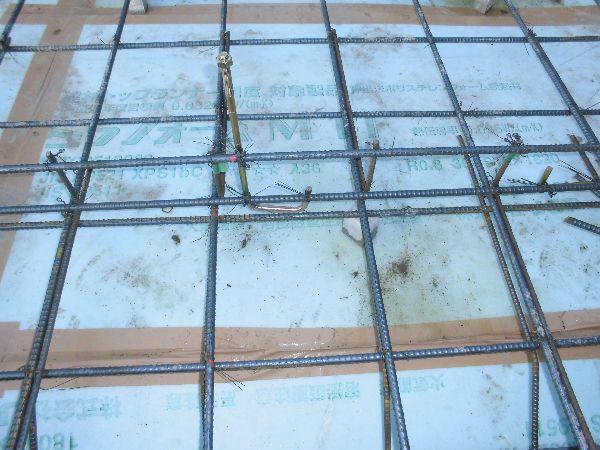 防湿フィルムと断熱材を施工