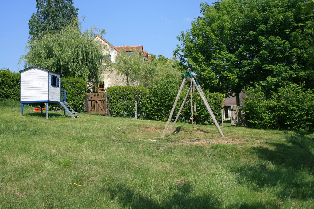 Cabane et balançoires pour enfants