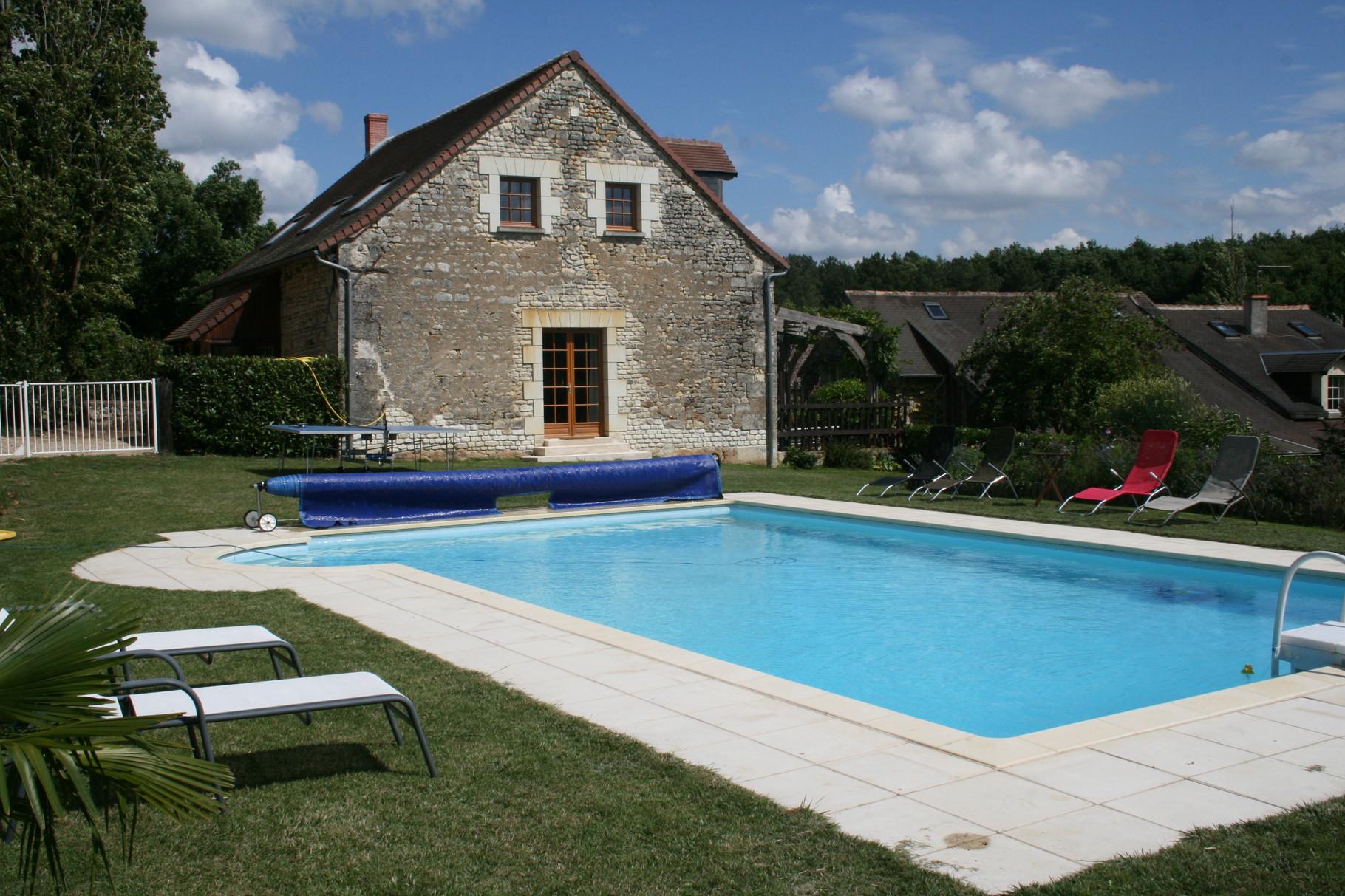Haus von der Seite des Schwimmbeckens aus