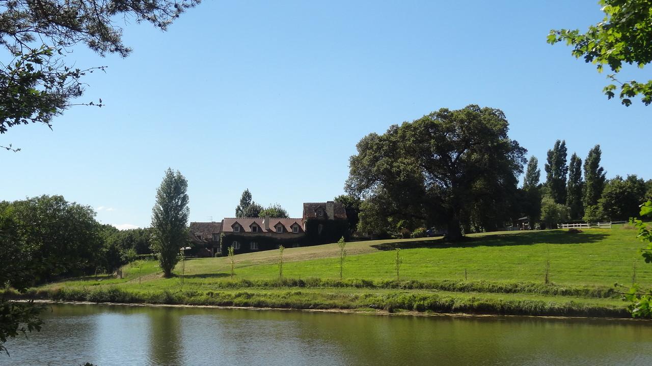 La maison principale, vue de l'étang
