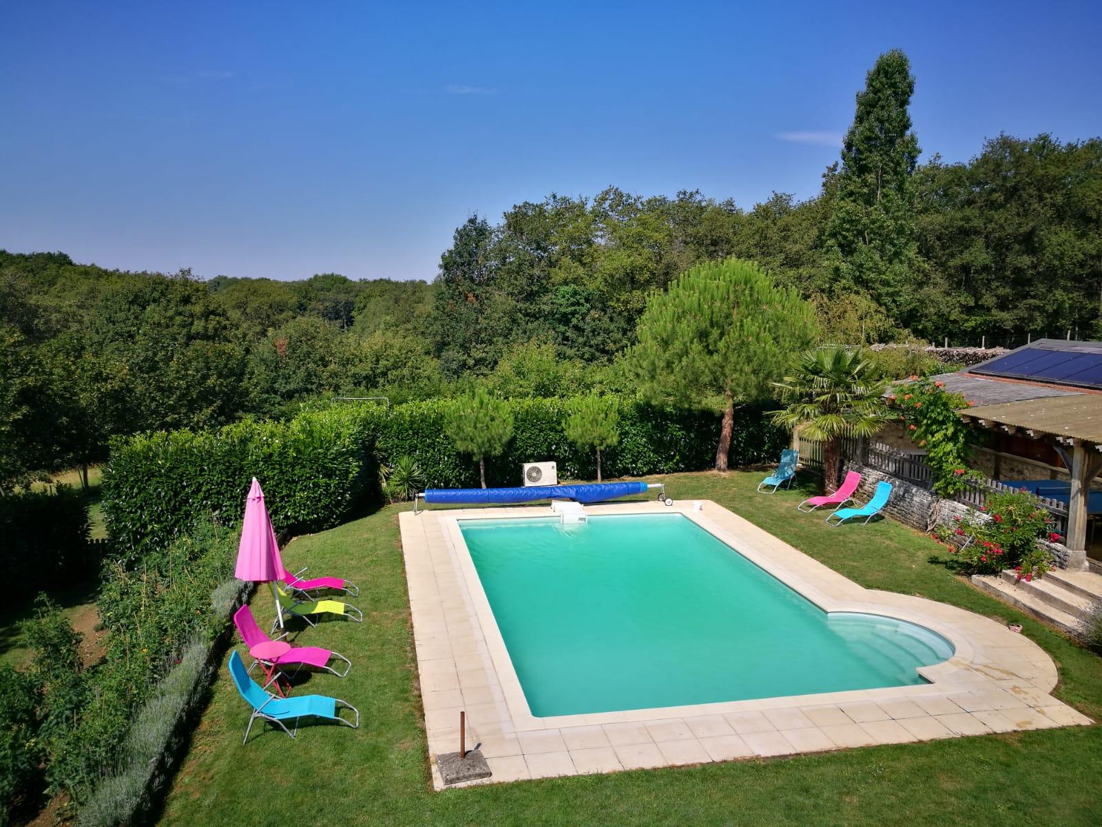 L'espace piscine avec le potager à gauche