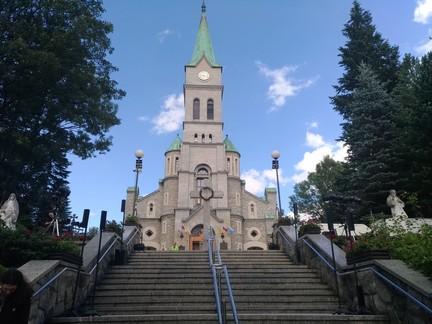La représentation au pied des marches de l'église - Zakopane