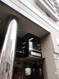 ビル中央の銀色の柱の右側