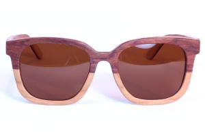 žena s polariziranim bambusovim naočalama