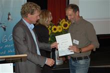 Bruno Scheel bekommt für sein langjähriges Engagemant vom Landesvorsitzenden Dr. Holger Buschmann die goldene Ehrennadel verliehen.