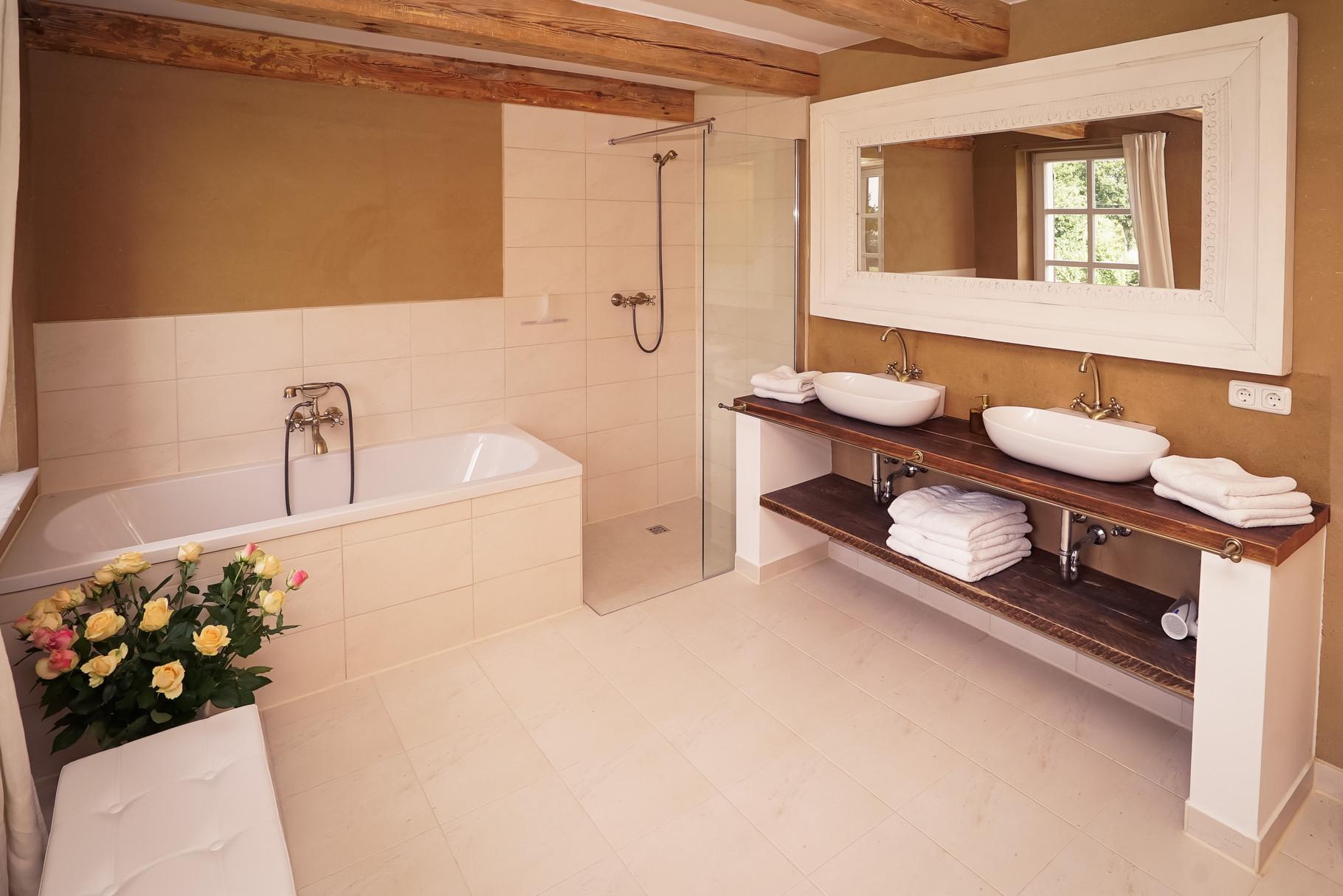 Badezimmer von AUGUST - rustikaler Landhauscharme trifft moderne Einrichtung