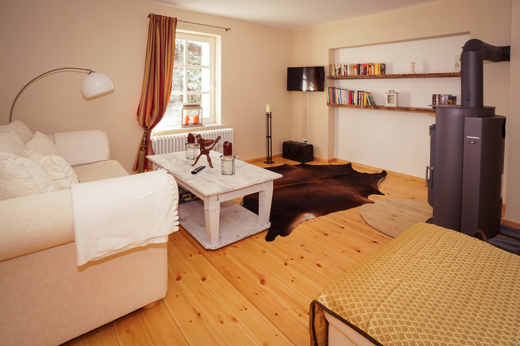 MINNA'S Wohnzimmer - Kamin, TV, DVD und Bücherregal