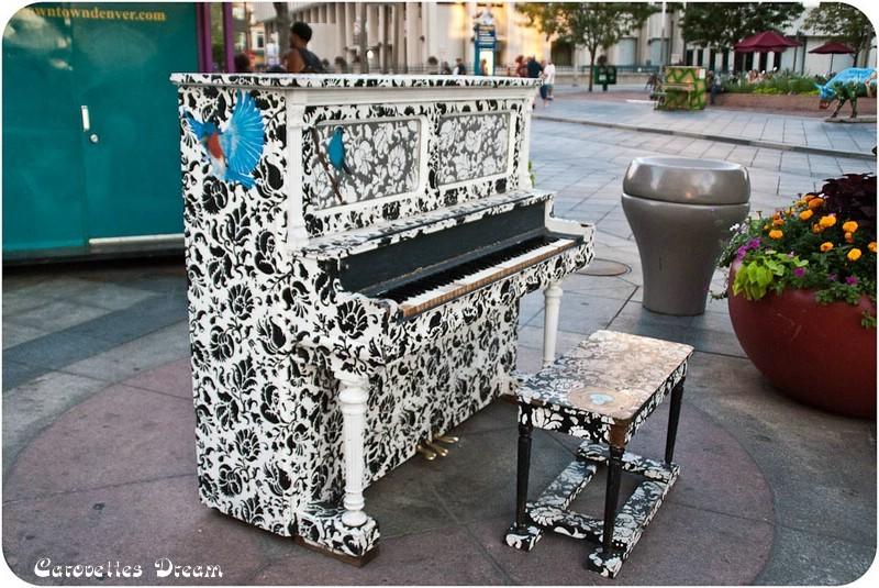 eines der vielen bemalten Klaviere
