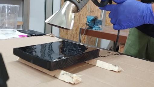 Verbranntes Holz mit Epoxidharz lackieren