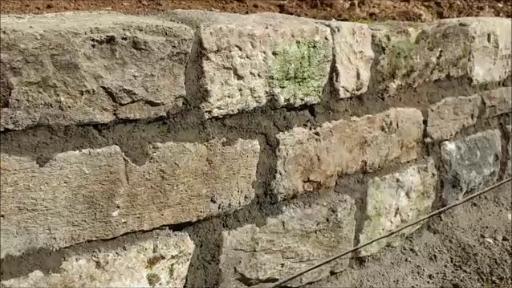 Eine Gartenmauer aus Natursteinen selber bauen