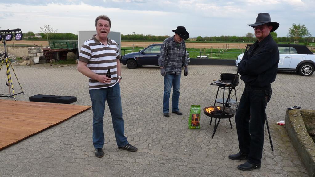 Prost! Rolf, Jürgen und Peter bewachen schon mal das Feuer! Welches überhaupt???