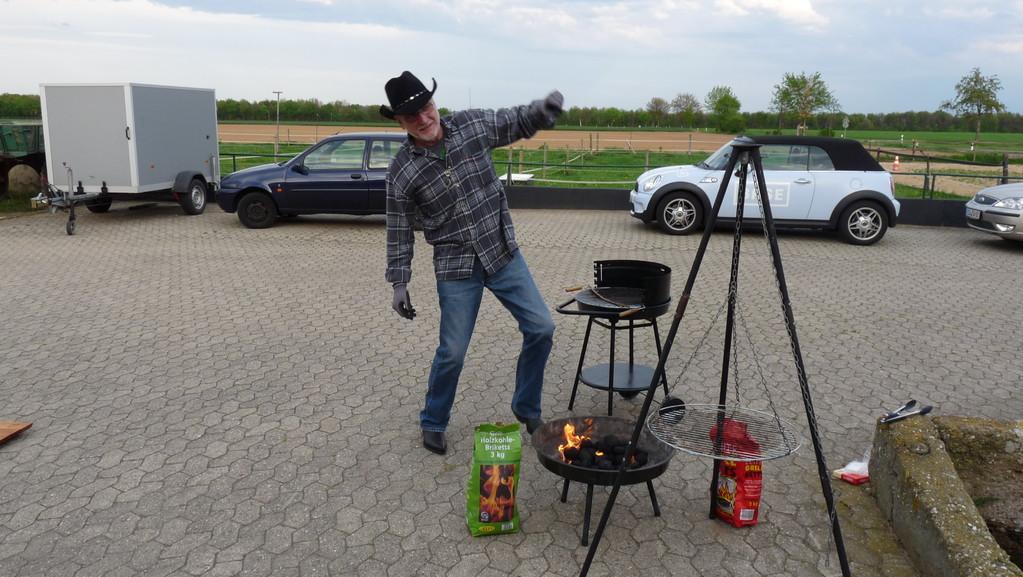 Jürgen, unser Grillmaster bei seinem Feuer-Beschwörungs-Ritual, die Erste…