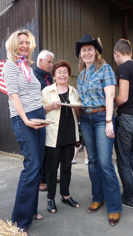 Ulrike und Birgit mit Mama Maria