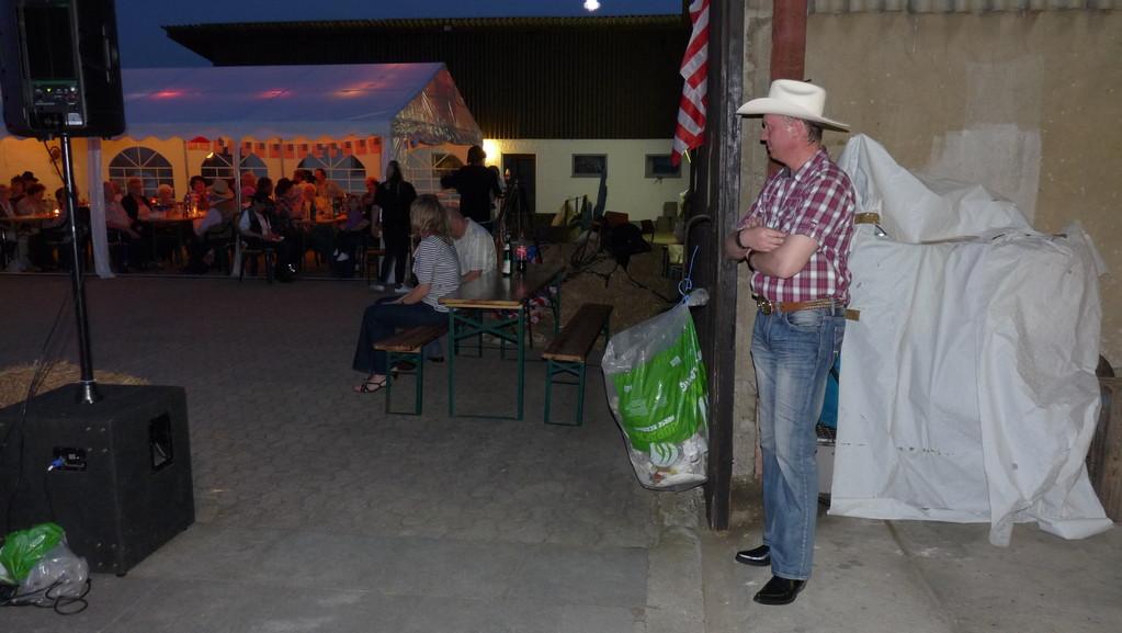 Abendstimmung im Homecreek Ranch Camp - Duke the Countryboy wartet auf seinen Auftritt
