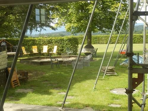 Gartenblick mit Gerüst ...
