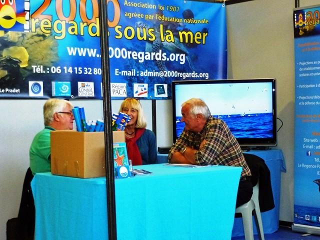 """Le stand """"2000 regards sous la mer"""", en face de celui d'AQUAMANIE"""