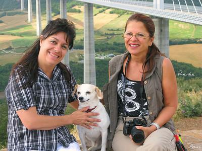 Deux femmes amies assises avec un petit chien blanc aux oreilles tombantes et collier