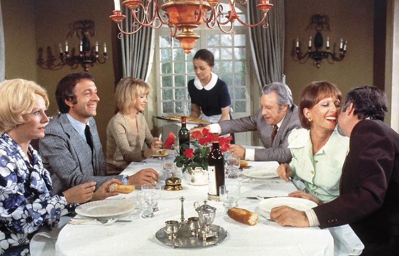 repas de famille bourgeoise : intérieur bourgeois, nappe blanche, fleurs, soubrette, lustre...
