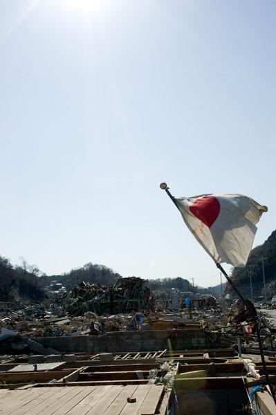 誰か知らないが町の中心に国旗をたてていた。日本頑張れといっているようだ。