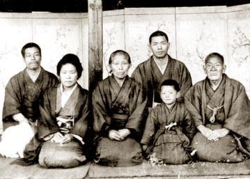 右が勇介、右2番目後ろが恒次郎、左端が白虎隊士 林八十治の弟                     (明治32年)