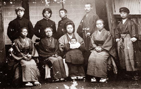立川一䖝の妻が死亡したときの親族の写真 神達也氏 蔵