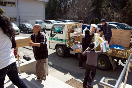 支援物資を避難所に運んだ