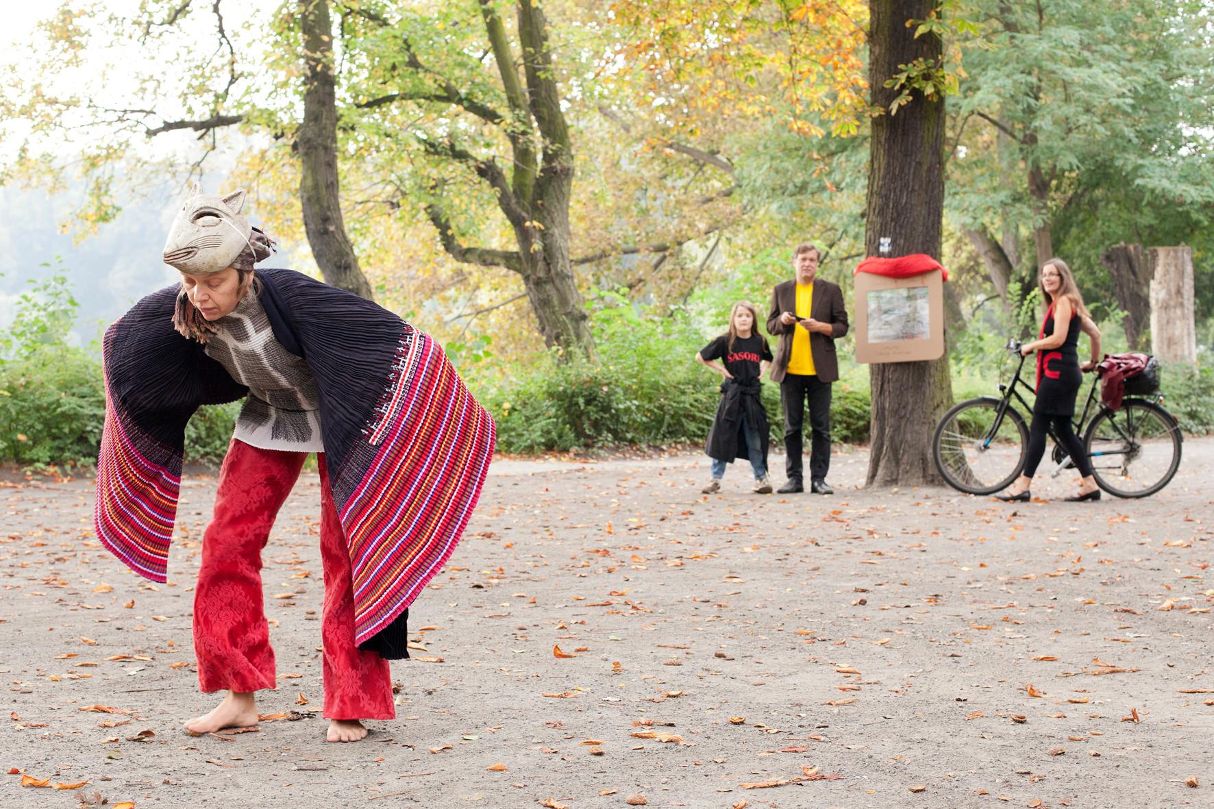 """Ortsspezifische Tanzperformance """"flute/dance"""" von Miriam Akkermann & Bettina Mainz"""