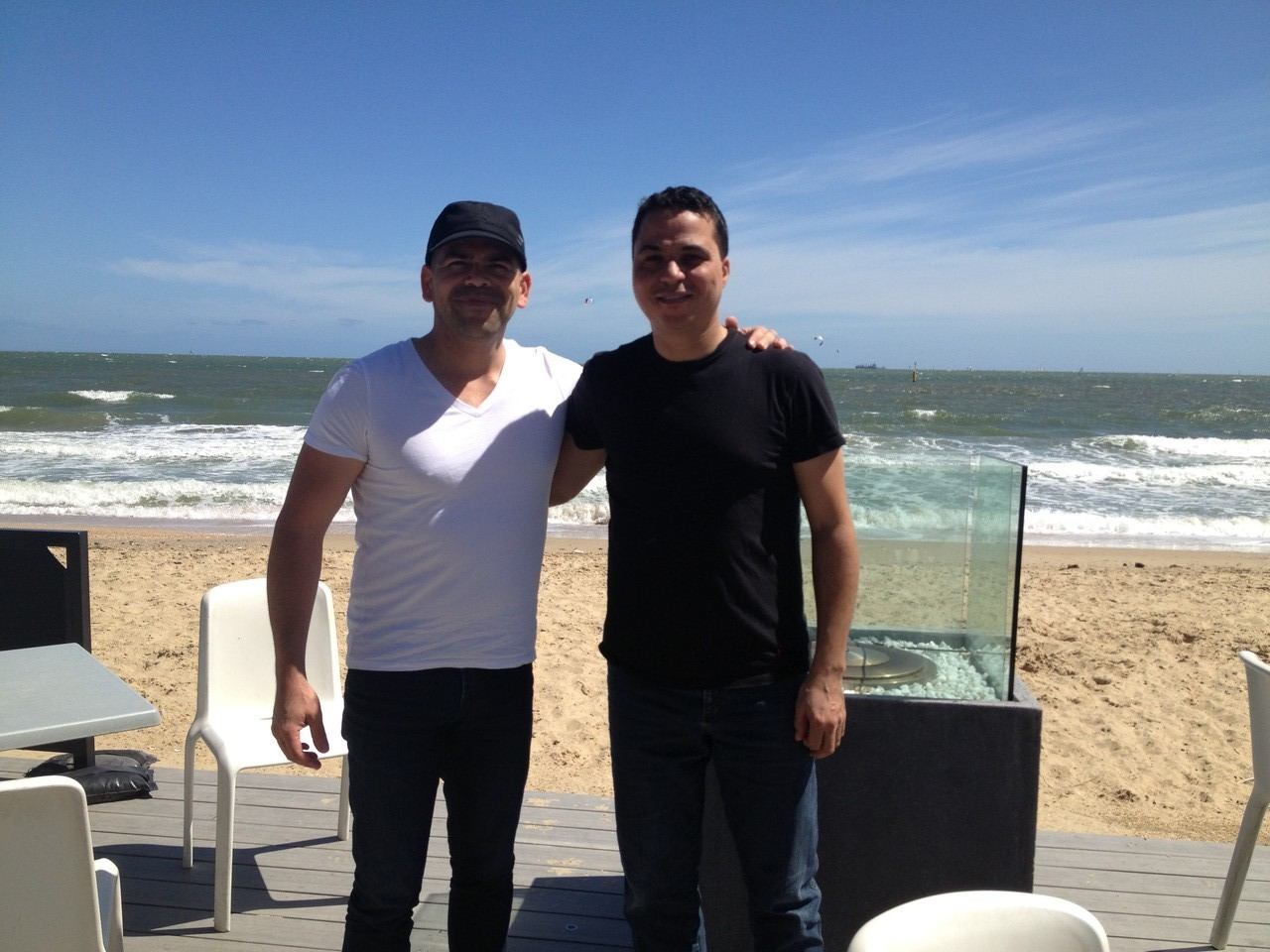 I meet Germán Silva - a great singer that I did some arrangements for. Until now we've only been in touch online. He takes me for a drink by the beach ...  https://itunes.apple.com/gb/album/unchained-melody-salsa/id445677080?i=445677114 — with Germán Sil