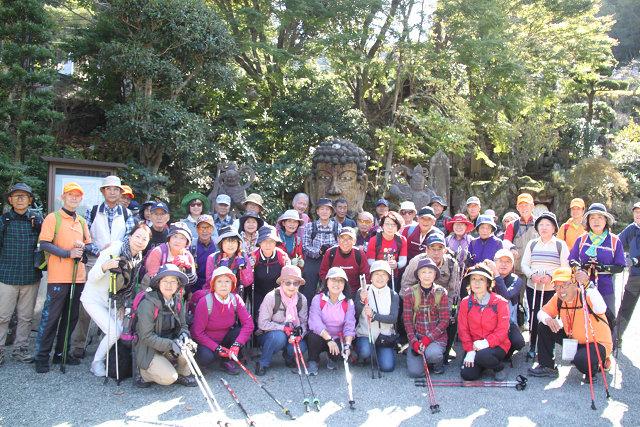 首大仏で有名な福泉寺で首大仏様を囲み記念撮影