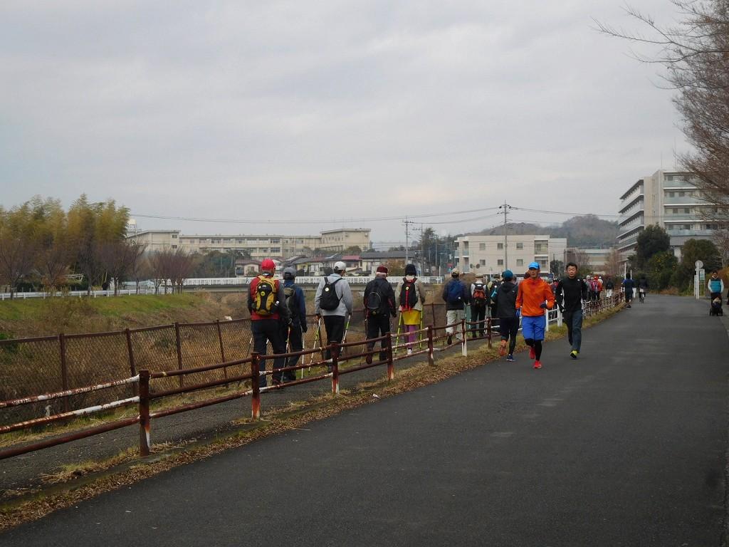 鶴見川沿いを歩く日曜日の為かランナーも多い