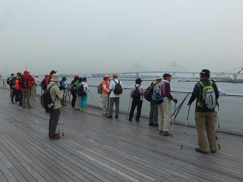 大桟橋で行き交う船・ベイブリッジを眺める