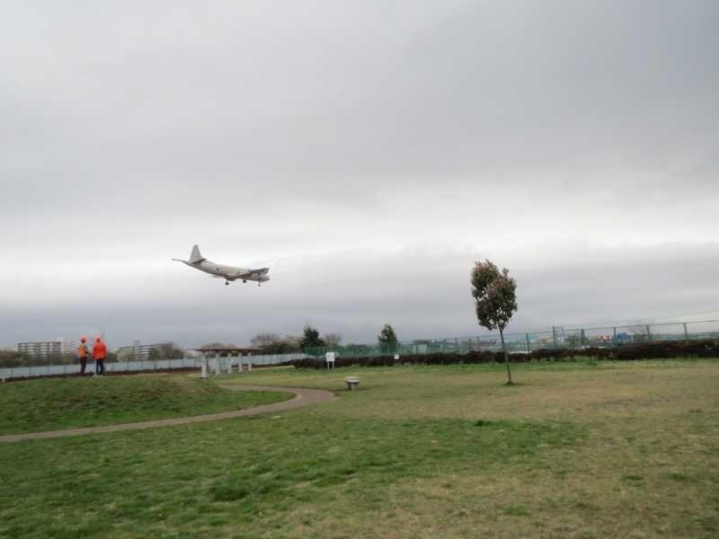 草柳広場真上から着陸する飛行機