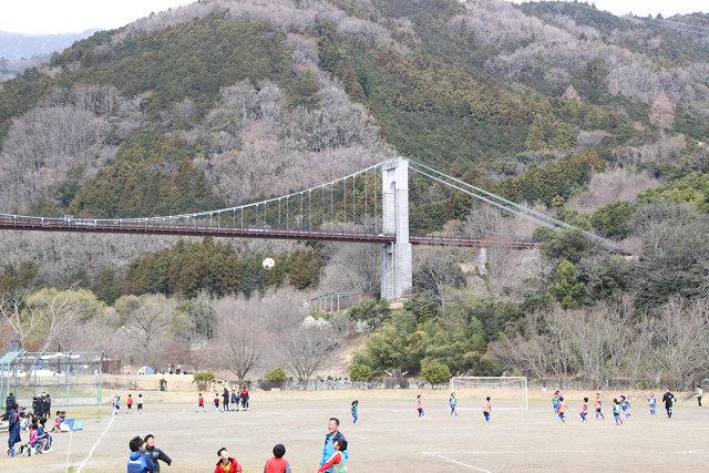 風の吊り橋が眺められるスポーツグランドは子供達も楽しんでいるようです