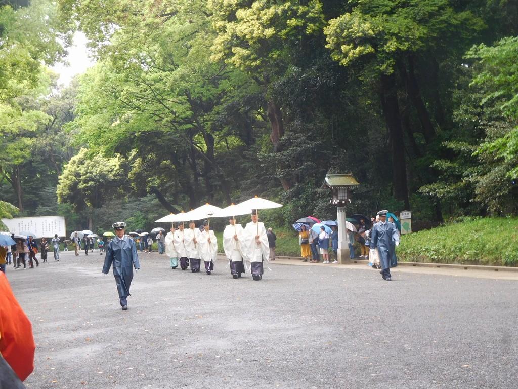 神主さんも警備員に伴われ雨中歩いておられます