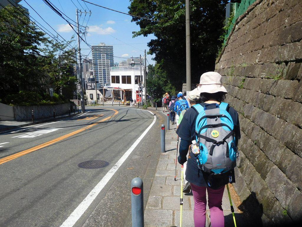 山下公園へ降りる階段は台風15号の影響で「立ち入り禁止」一般道を歩く