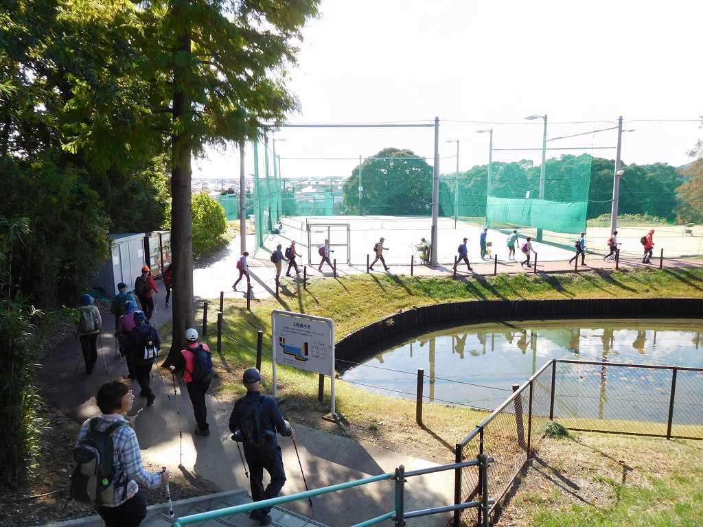 スポーツガーデンを出た池の横から(裏道)道路へ