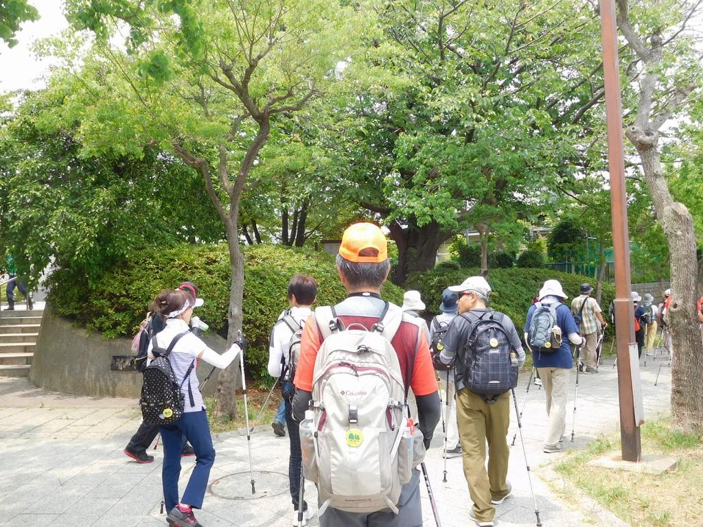 みのり公園横の緑道を歩く皆さん