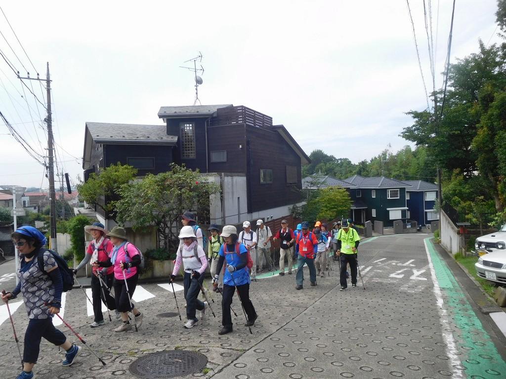 江田北住宅地の坂道を歩く