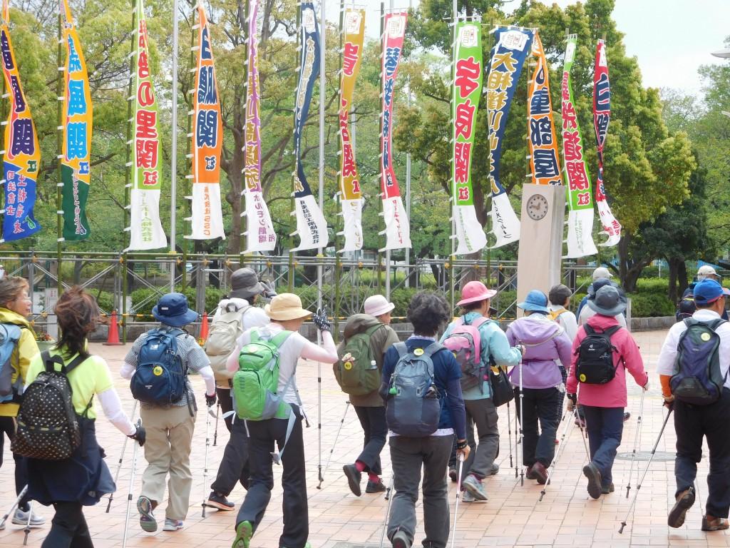 大相撲地方場所の幟を横目に等々力緑地と別れる