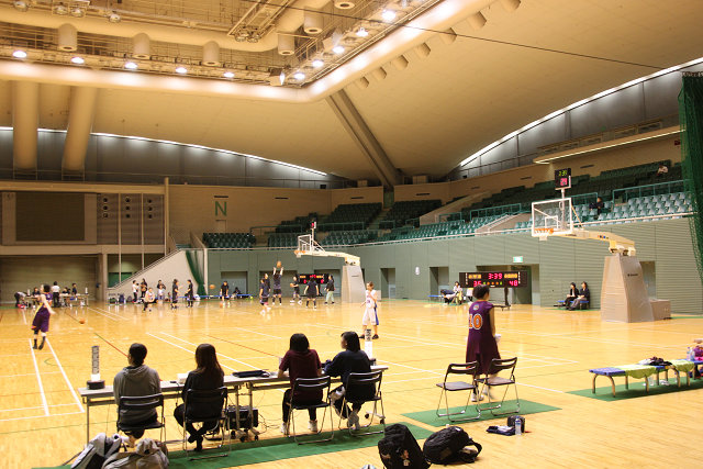 体育館内ではバスケットの試合が行われていました