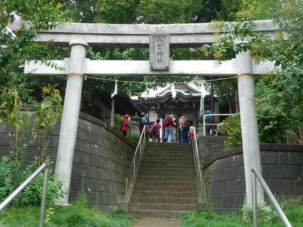 八雲神社鳥居から見上げる