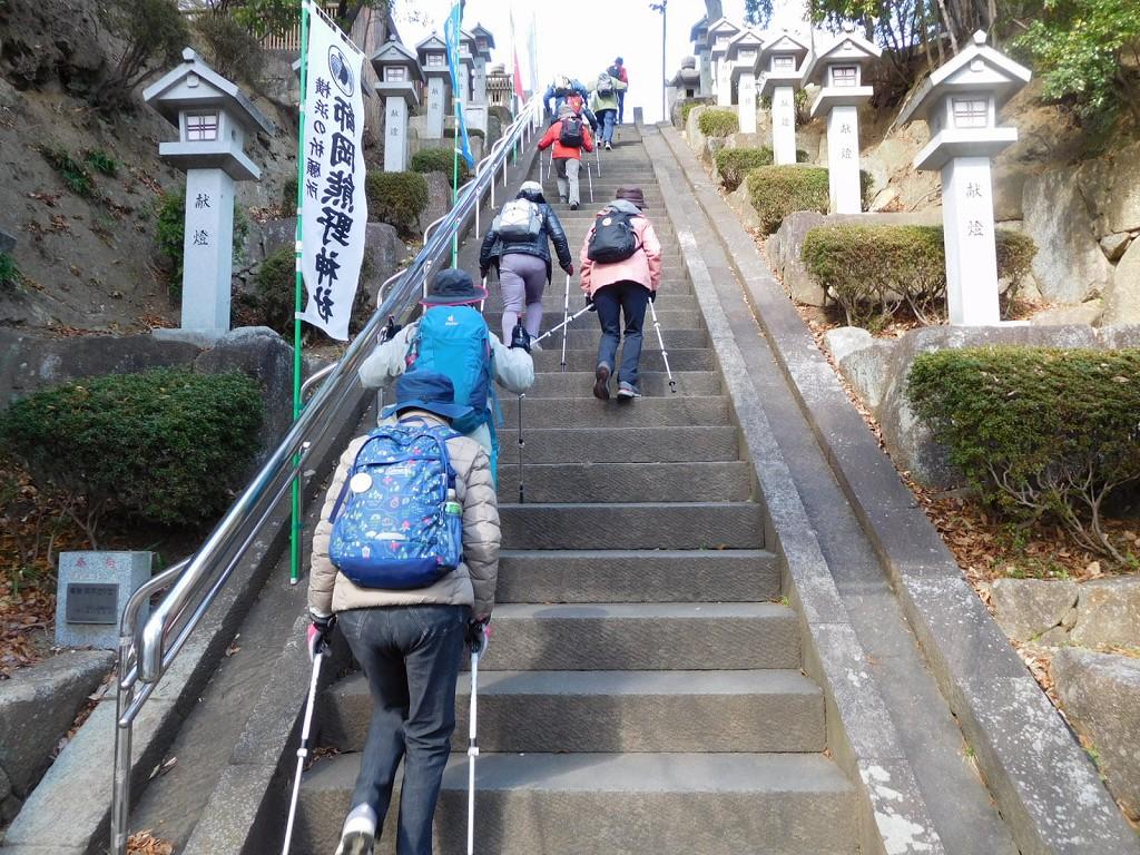 急階段を慎重に上がる