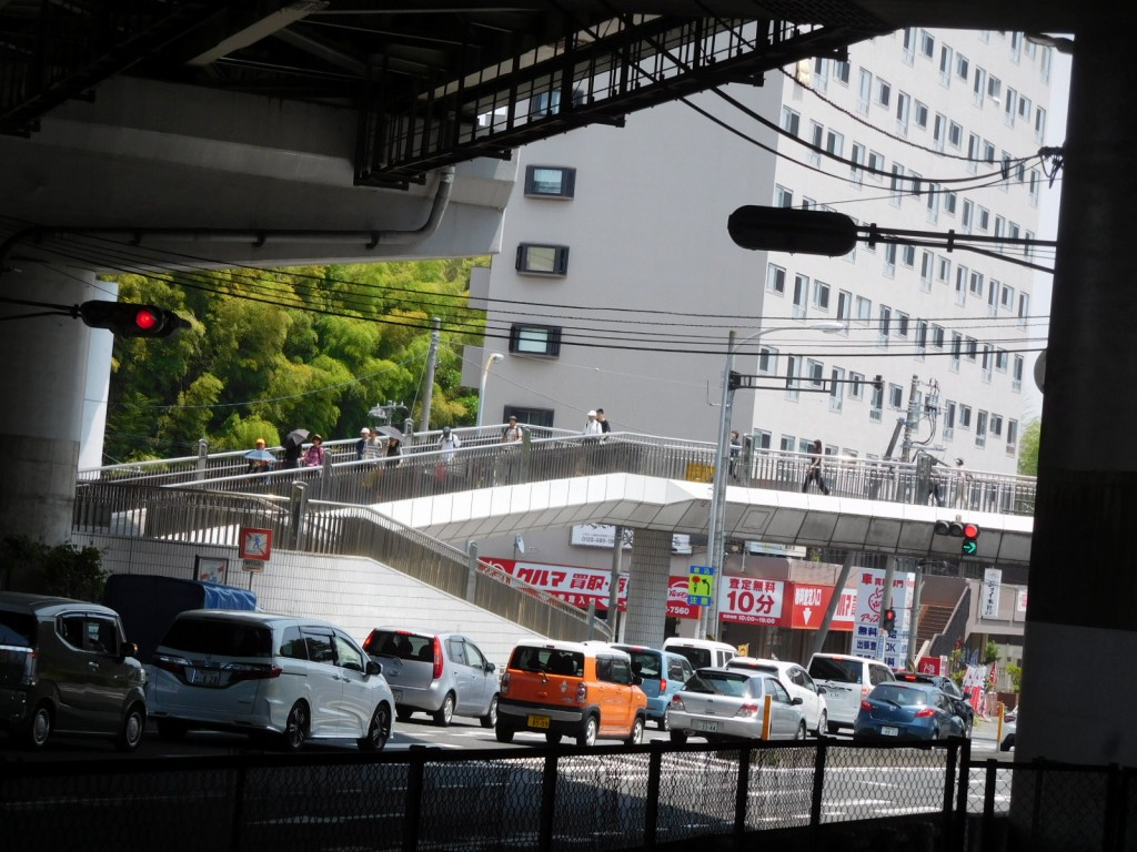 江田駅前246号線の歩道橋をウォーキング