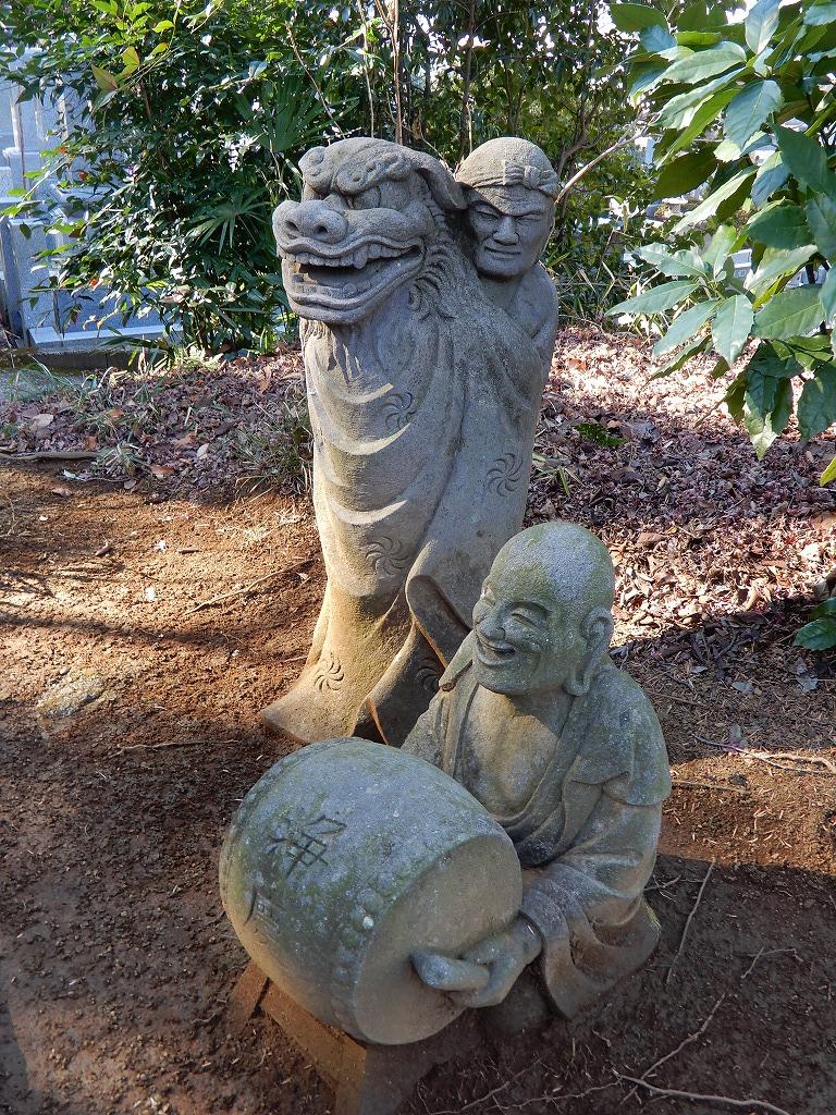獅子舞する羅漢さんと太鼓を叩く羅漢さん
