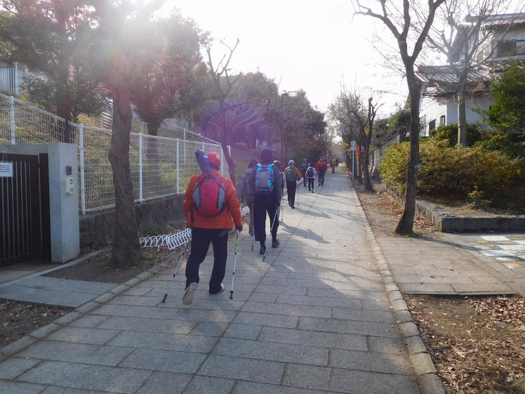 荏田南小学校裏手通りを歩くB班の最後尾