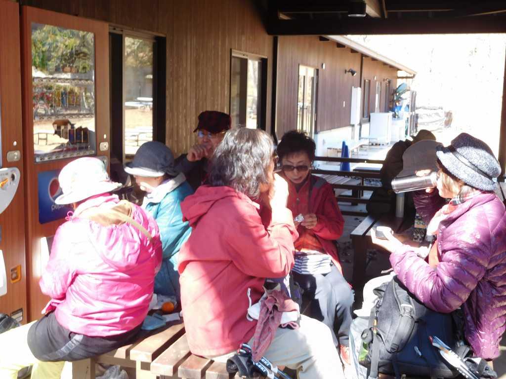 昼食を楽しむ女性群