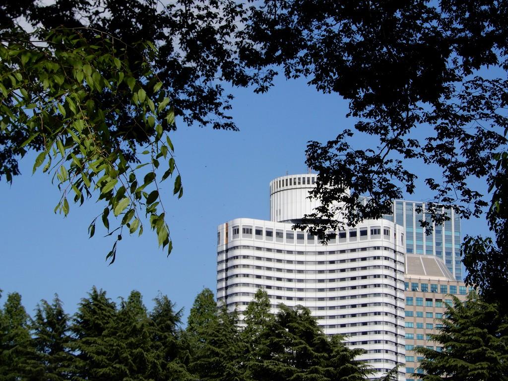 樹の間からホテルニューオオタニも見えます