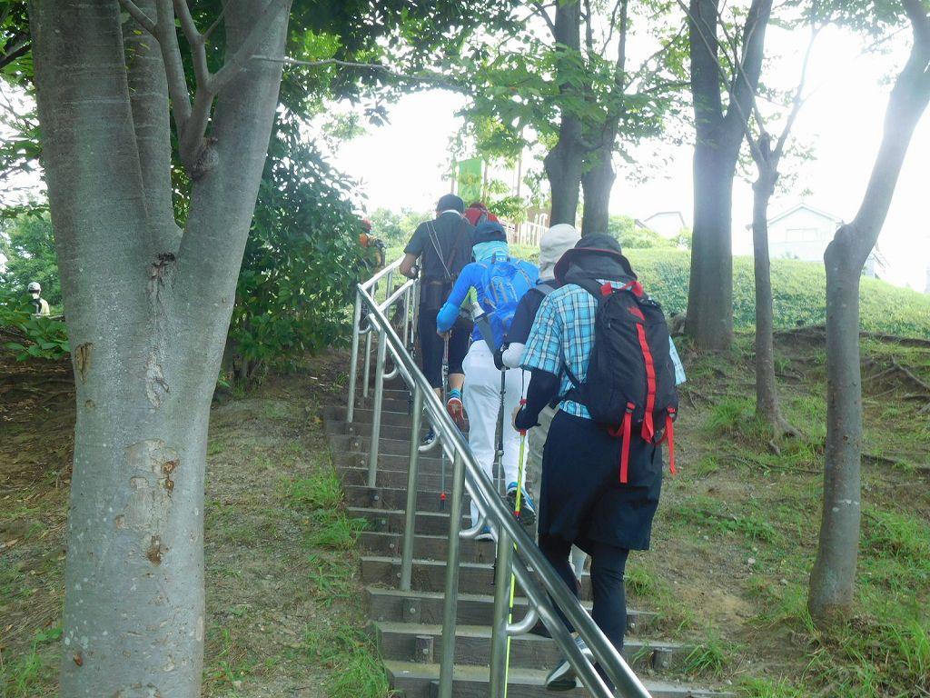 かやの木公園手前の階段を上がる