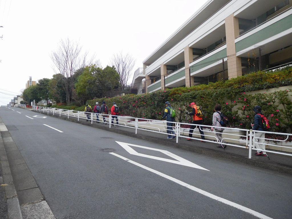 藤が丘地区センター横の坂道を登る